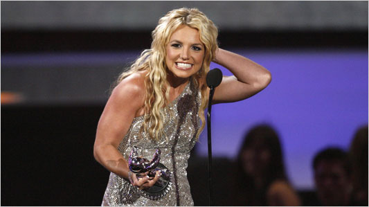 "Britney Spears accepts the award for Best Pop Video for ""Piece of Me"" at the MTV Video Music Awards. (Mario Anzuoni/Reuters)"